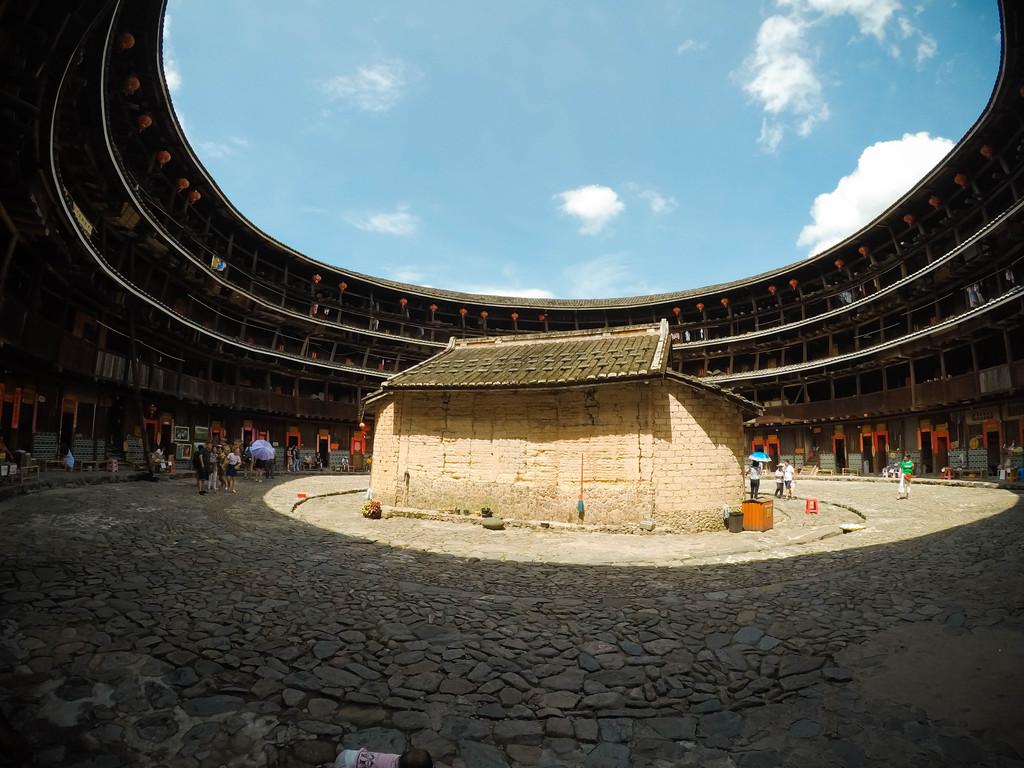 土楼的周围一圈是木质结构的房间.