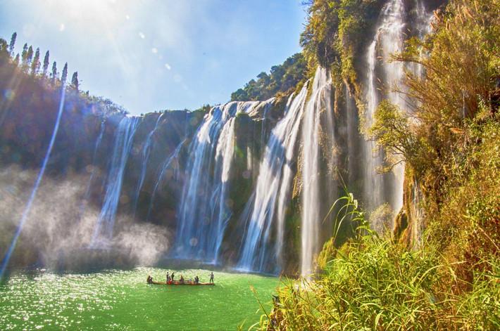 神龙瀑下的圆形深潭,人们可以乘坐竹筏近距离感受瀑布