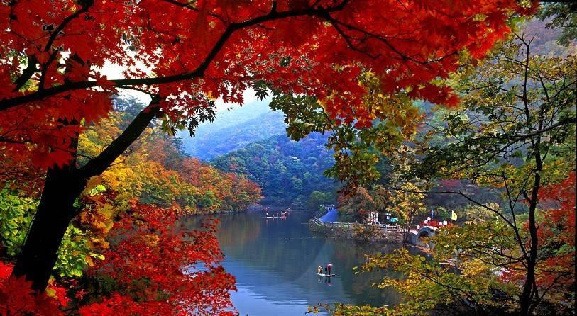 本溪满族自治县小市镇河边红叶 本溪满族自治县以其 秀丽的山水而